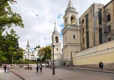 Calle de Zabelina cerca de la pared del convento de Ivanovsky Fotos de archivo
