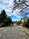 Calle debajo de las nubes foto de archivo