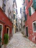 Calle del adoquín en la ciudad vieja 0887 de Rovinj Imágenes de archivo libres de regalías