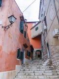 Calle del adoquín en la ciudad vieja 0934 de Rovinj Fotos de archivo