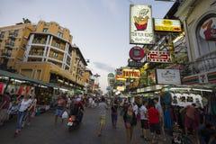 Calle del Backpacker de Bangkok del camino de Khao San Fotos de archivo