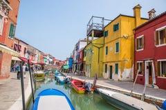 Calle del canal en Burano, Italia Foto de archivo libre de regalías