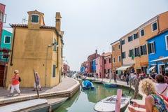Calle del canal en Burano, Italia Fotografía de archivo