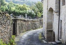 Calle del cementerio en la ciudad de Auxillac en Francia Foto de archivo libre de regalías