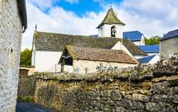 Calle del cementerio en la ciudad de Auxillac en Francia Imagen de archivo libre de regalías