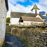 Calle del cementerio en la ciudad de Auxillac en Francia Imagenes de archivo