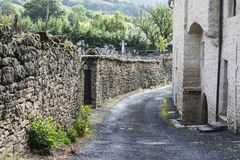 Calle del cementerio en la ciudad de Auxillac en Francia Fotografía de archivo libre de regalías
