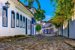 Calle del centro histórico en Paraty, Rio de Janeiro, el Brasil foto de archivo