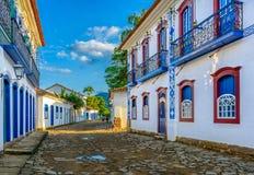Calle del centro histórico en Paraty, Rio de Janeiro, el Brasil fotos de archivo