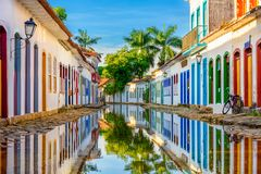 Calle del centro histórico en Paraty, Rio de Janeiro, el Brasil imagen de archivo libre de regalías