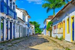 Calle del centro histórico en Paraty, Rio de Janeiro, el Brasil P imagen de archivo libre de regalías