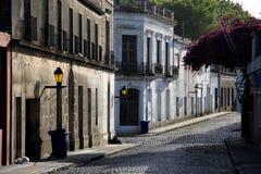 Calle del cuarto histórico de la ciudad del del Sacramento, Uruguay de Colonia Imagenes de archivo
