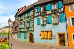 Calle del cuento de hadas en la ciudad vieja de Colmar, Alsacia, Francia foto de archivo libre de regalías