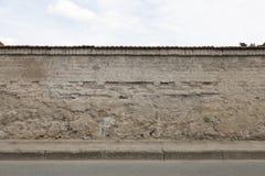 Calle del encintado de la acera de la pared Fotos de archivo libres de regalías