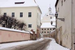 Calle del ignatius del santo en el oldtown Vilnius del invierno Foto de archivo libre de regalías