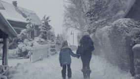 Calle del invierno Nevado de la ciudad de la montaña con la mujer que camina, calamidad de la nieve del pueblo almacen de metraje de vídeo