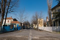 Calle del naviglio del sul de Trezzano, Italia Foto de archivo