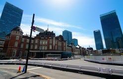Calle del norte de Marunouchi delante de la arquitectura Europeo-inspirada de la estación de Tokio Imagen de archivo