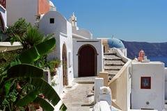 Calle del pueblo de Oia al borde de la caldera del volcán de la isla de Santorini Imagen de archivo libre de regalías