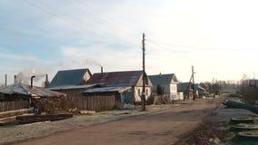 Calle del pueblo en Rusia en ?ltimo humo del oto?o del tubo metrajes