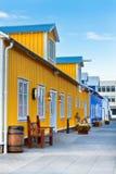 Calle del restaurante en la pequeña ciudad del norte de Islandia Imagen de archivo libre de regalías