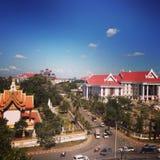 Calle del templo del camino del cielo de la ciudad de Vientián Laos Foto de archivo libre de regalías