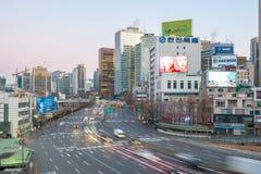 Calle del tráfico de ciudad de Seul cerca de la estación de Seul en Seul, Corea del Sur Fotografía de archivo