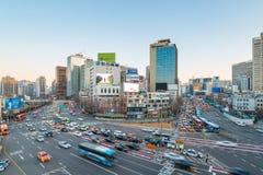 Calle del tráfico de ciudad de Seul cerca de la estación de Seul en Seul, Corea del Sur Imagenes de archivo