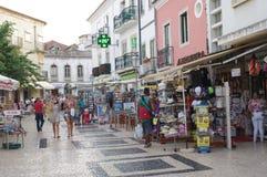 Calle demasiado turística en el centro histórico de Lagos en Portugal imagen de archivo