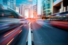 Calle dinámica en ciudad moderna