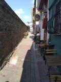 Calle dulce estrecha con los cafés y la gente en el ¼ de Estambul Ãœskà dar imagen de archivo