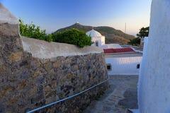 Calle e iglesia de la isla de Patmos imagenes de archivo