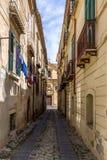 Calle e iglesia estrechas en Tropea céntrico - Tropea, Calabria, Italia Imagen de archivo