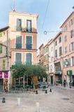 Calle en Brignoles, una ciudad de Provencal en Francia foto de archivo