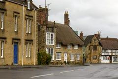 Calle en declive en Sherborne, Dorset Fotos de archivo