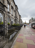 Calle en Edimburgo. Tarde nublada en la ciudad Foto de archivo