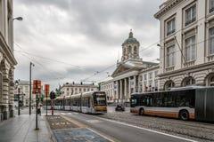 Calle en el centro de Bruselas con el transporte público Imagen de archivo libre de regalías