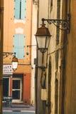 Calle en el centro histórico de Frejus Sant Rafael, Provence, foto de archivo libre de regalías