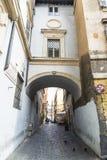 Calle en el centro histórico de Roma, Italia Imagen de archivo libre de regalías