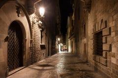 Calle en el cuarto gótico de Barcelona en la noche Imagenes de archivo