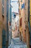 Calle en el pueblo de Provencal imagenes de archivo