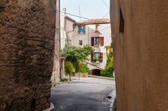 Calle en el pueblo de Provencal fotos de archivo