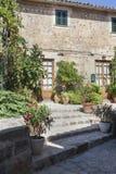 Calle en el pueblo de Valldemossa en Mallorca Fotografía de archivo libre de regalías