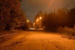 Calle en el pueblo en la noche Imagen de archivo libre de regalías