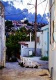 Calle en el pueblo en las montañas de Creta Grecia Foto de archivo libre de regalías