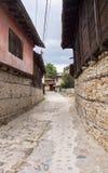 Calle en el pueblo Koprivshtitsa de Balcan Fotografía de archivo