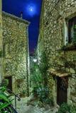 Calle en el pueblo viejo Tourrettes-sur-Loup en la noche, Francia Fotografía de archivo libre de regalías