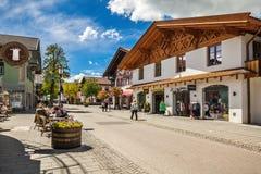 Calle en Garmisch-Partenkirchen en Alemania Fotos de archivo