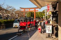Calle en Kamakura que lleva a la capilla de Hachimangu Foto de archivo