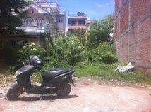 Calle en Katmandu ciclomotor Foto de archivo